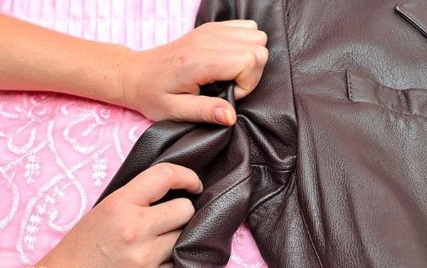 Xử lý áo khoác da nam bị nổ như thế nào?